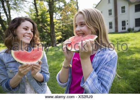 Una famiglia estate garing presso un'azienda. Un pasto condiviso un rientro in patria. Foto Stock