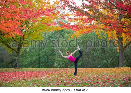La donna a praticare yoga in foresta Foto Stock