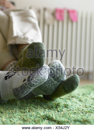 In prossimità della coppia di piedi in calze Foto Stock