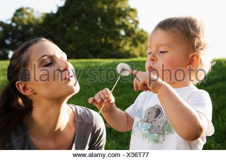La madre e il bambino a giocare nel parco Foto Stock