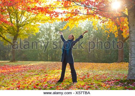 La donna lo stiramento nella foresta Foto Stock