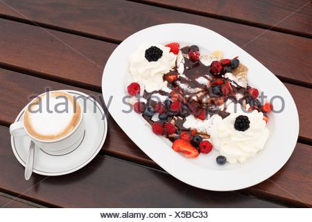 Frittelle con frutti di bosco e crema di latte, cappuccino, Burgenland, Austria, Europa Foto Stock