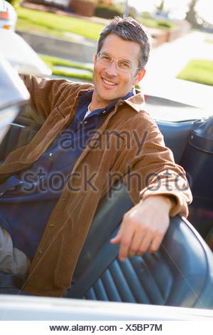 ... Un uomo sorridente con il sale e il pepe capelli colorati nella sua  metà 40 s seduto c9aef97f2420