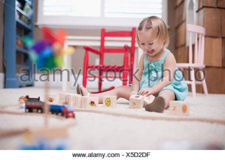 Stati Uniti d'America, Utah, piccola ragazza (2-3) giocando sul pavimento Foto Stock