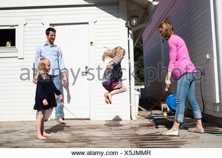 Ragazza saltando la corda Foto Stock