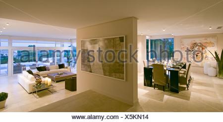 Openplan moderna sala da pranzo con passi giù per soggiorno in ...