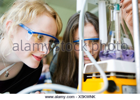 Donna e bambina facendo la titolazione Foto Stock