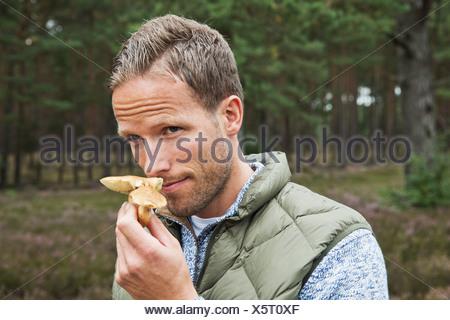Metà uomo adulto odore di fungo Foto Stock