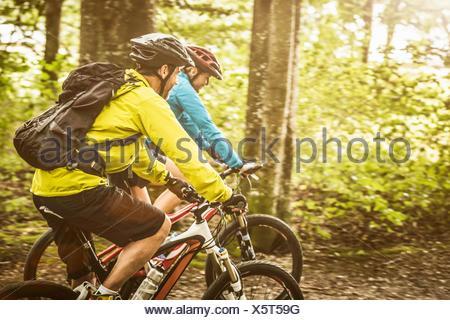 Coppia mountain bike giovane escursioni in bicicletta nella foresta Foto Stock