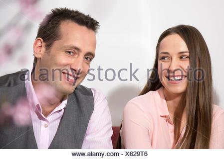 Coppia giovane office romantico flirt sorridente Foto Stock