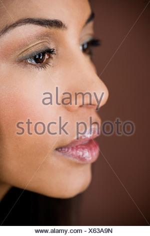 Un ritratto di una giovane donna che guarda pensieroso Foto Stock