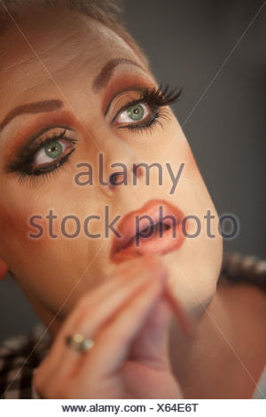 Close up drag queen mettendo sul rossetto Foto Stock