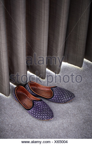 Pantofole da una cortina Foto Stock