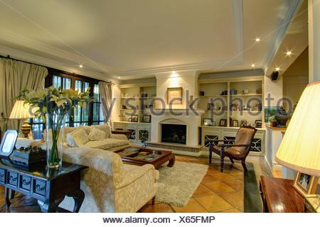 Tavolo laterale dietro il divano in open-plan paese spagnolo ...