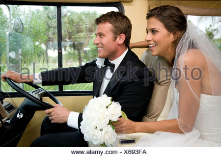 La sposa e lo sposo in auto Foto Stock