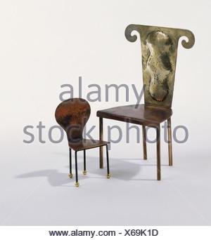 Due sedie in bronzo, uno grande uno piccolo, per adulto e bambino, grande sedia ha nuovamente decorativo con top dettagliate Foto Stock