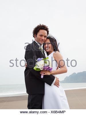 Stati Uniti, California, San Francisco, Baker Beach, la sposa e lo sposo abbracciando sulla spiaggia Foto Stock