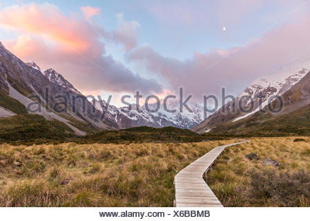 Sunrise, sentiero attraverso la valle di Hooker, sul retro Mount Cook, il Parco nazionale di Mount Cook, Alpi del Sud, regione di Canterbury, Southland Foto Stock