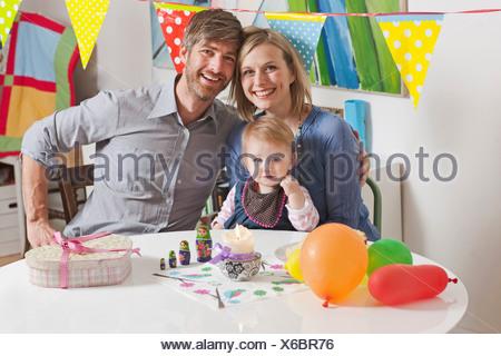 Famiglia seduti al tavolo per la colazione Foto Stock