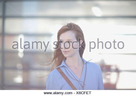 Dai capelli rossi donna in piedi nel vento