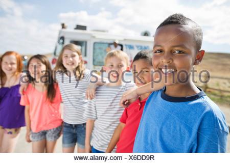 Ritratto di gruppo di ragazzi che stanno insieme Foto Stock