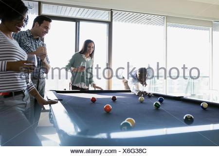 Le coppie giocando a biliardo Foto Stock