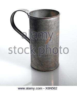 Vecchia coppa di stagno, close-up Foto Stock