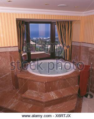 Moderno in marmo marrone spagnolo bagno con specchio - Finestra in spagnolo ...