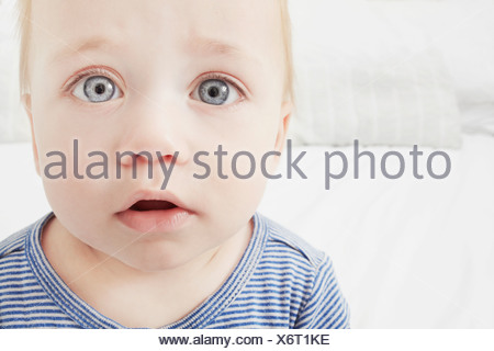 Close up baby ragazze sorpresi di fronte Foto Stock
