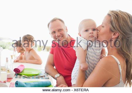 Famiglia di mangiare il pranzo insieme Foto Stock