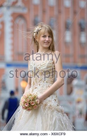 Sposa con crema di colore bouquet di rose Foto Stock