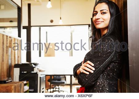 Ritratto di donna con le braccia incrociate Foto Stock
