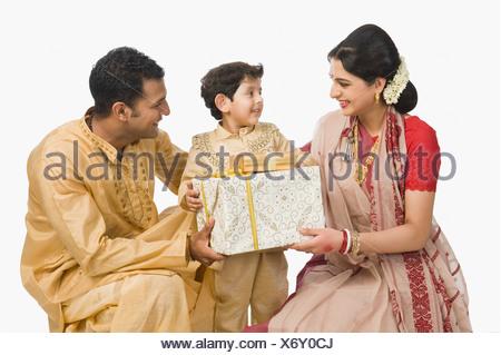 Azienda familiare doni a Durga Puja Foto Stock