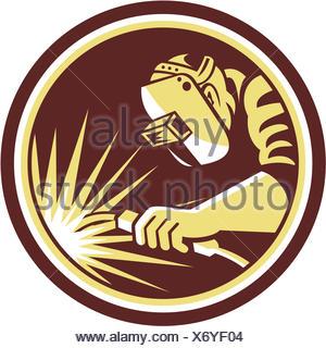 Illustrazione della saldatrice il lavoratore a lavorare utilizzando la torcia di saldatura osservata dal lato impostato all'interno del cerchio su sfondo isolato fatto in stile retrò. Foto Stock
