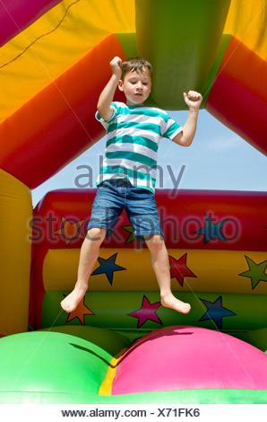 Little Boy su un castello gonfiabile Foto Stock