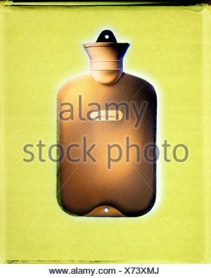 Bottiglie di acqua calda su sfondo giallo Foto Stock