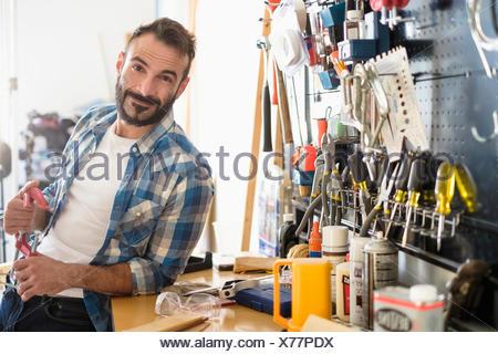 Ritratto di uomo in officina Foto Stock