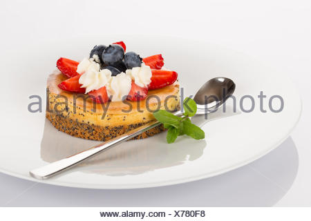 Cheese-cake, fragole e mirtilli Foto Stock
