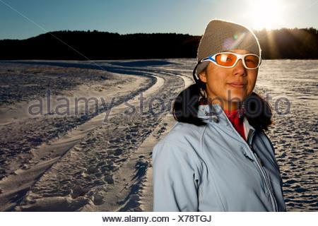 Un Japanese-American donna ha il suo ritratto preso dopo correre giù per una strada innevata nel Custer State, South Dakota. Foto Stock