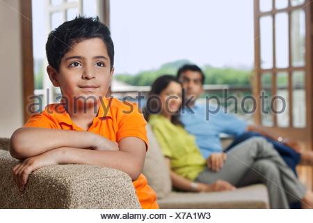 Ragazzo giovane su un divano Foto Stock
