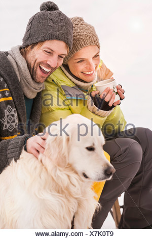 Cane indossando maglia Cappello invernale su sfondo bianco - Bulldog ... 31fadfef0c9b
