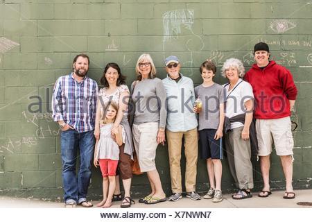 Tre generazioni la famiglia nella parte anteriore della parete, ritratto Foto Stock