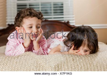 I bambini la posa sul letto Foto Stock
