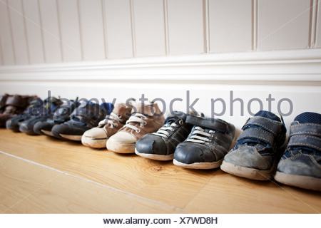 Fila di Little Boy's calzature Foto Stock