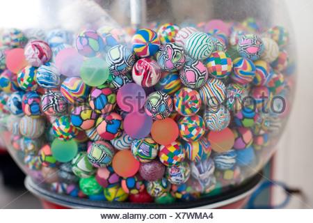 Coloratissime palle nel distributore Foto Stock