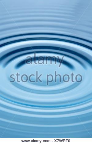 Cerchi concentrici che formano ancora in acqua Foto Stock
