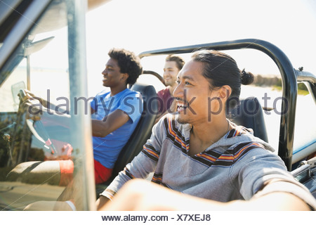 Amici maschi godendo di viaggio su strada Foto Stock