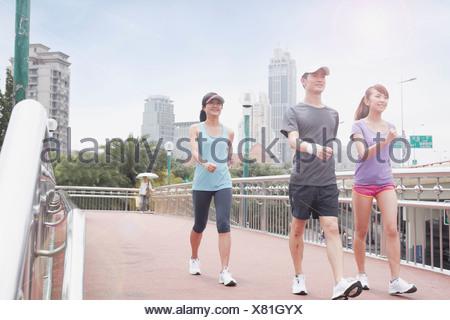 I giovani a piedi a Shanghai in Cina Foto Stock