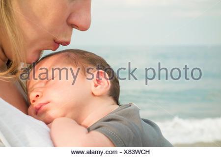Azienda madre figlia del neonato sulla spiaggia Foto Stock