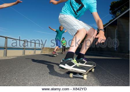 I ragazzi lo skateboard Foto Stock